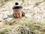 父親の墓の前で号泣するテギル(写真/韓国SBS『テバク』公式サイトより)