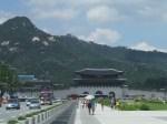 景福宮の左後ろに大統領官邸の青瓦台が小さく見えている