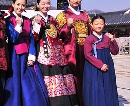 ドラマ『トンイ』でトンイを演じたハン・ヒョジュ(一番左)と張禧嬪を演じたイ・ソヨン(左から二番目)
