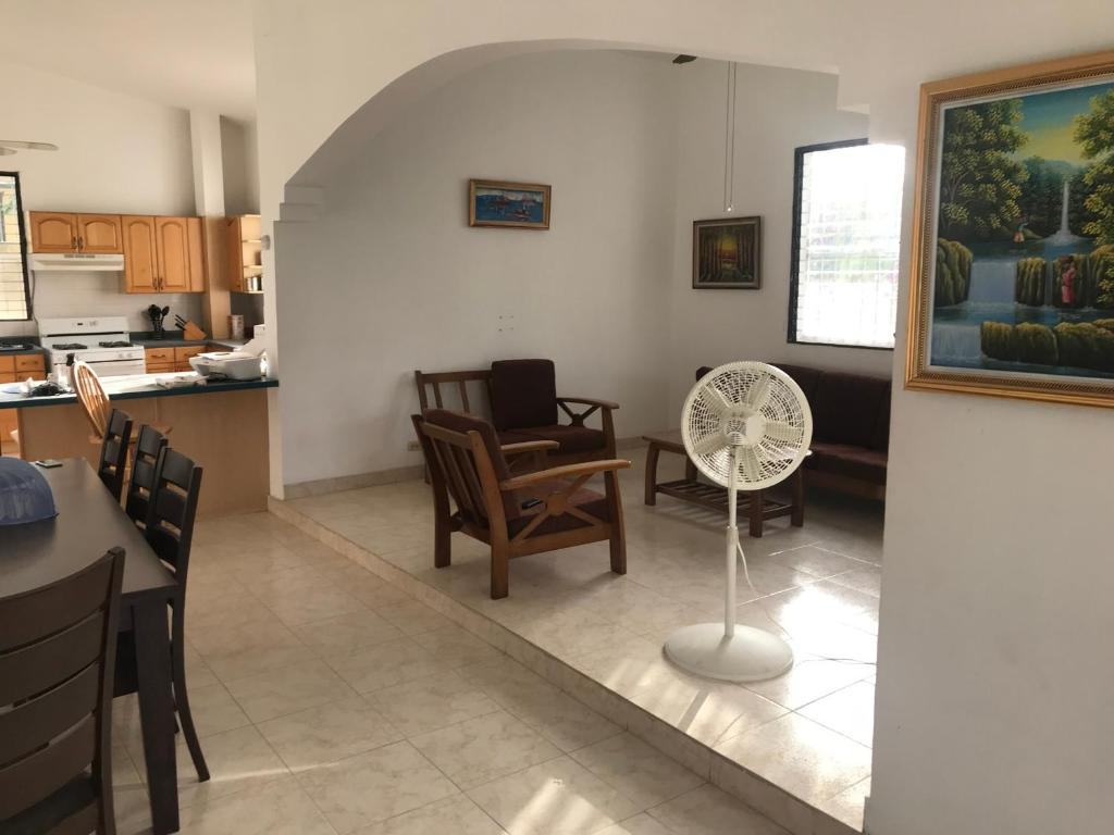 Das Badezimmer Toussaint Rulx Vacation Home Haiti Delmas Booking