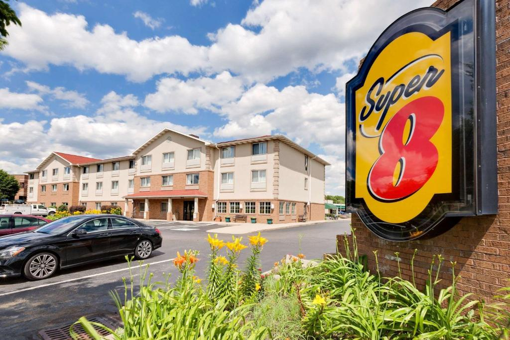 Super 8 Akron Canton Airport, Uniontown, OH - Booking