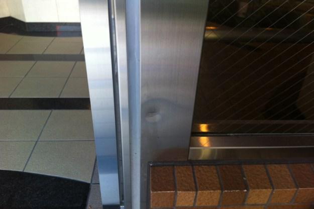 マンションエントランス ステンレス扉枠凹み修理