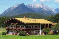 """""""Haus in den Alpen mit Bergen"""" Stockfotos und lizenzfreie ..."""