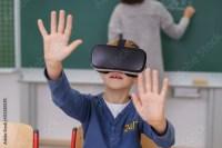 """""""schler benutzt eine vr brille im unterricht"""" Stockfotos ..."""