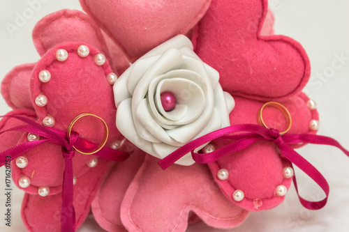Manualidad Ramo de rosas y corazones de fieltro para portar anillos - rosas y corazones
