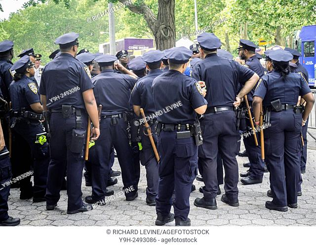 Nypd auxiliary officer Stock Photos and Images age fotostock