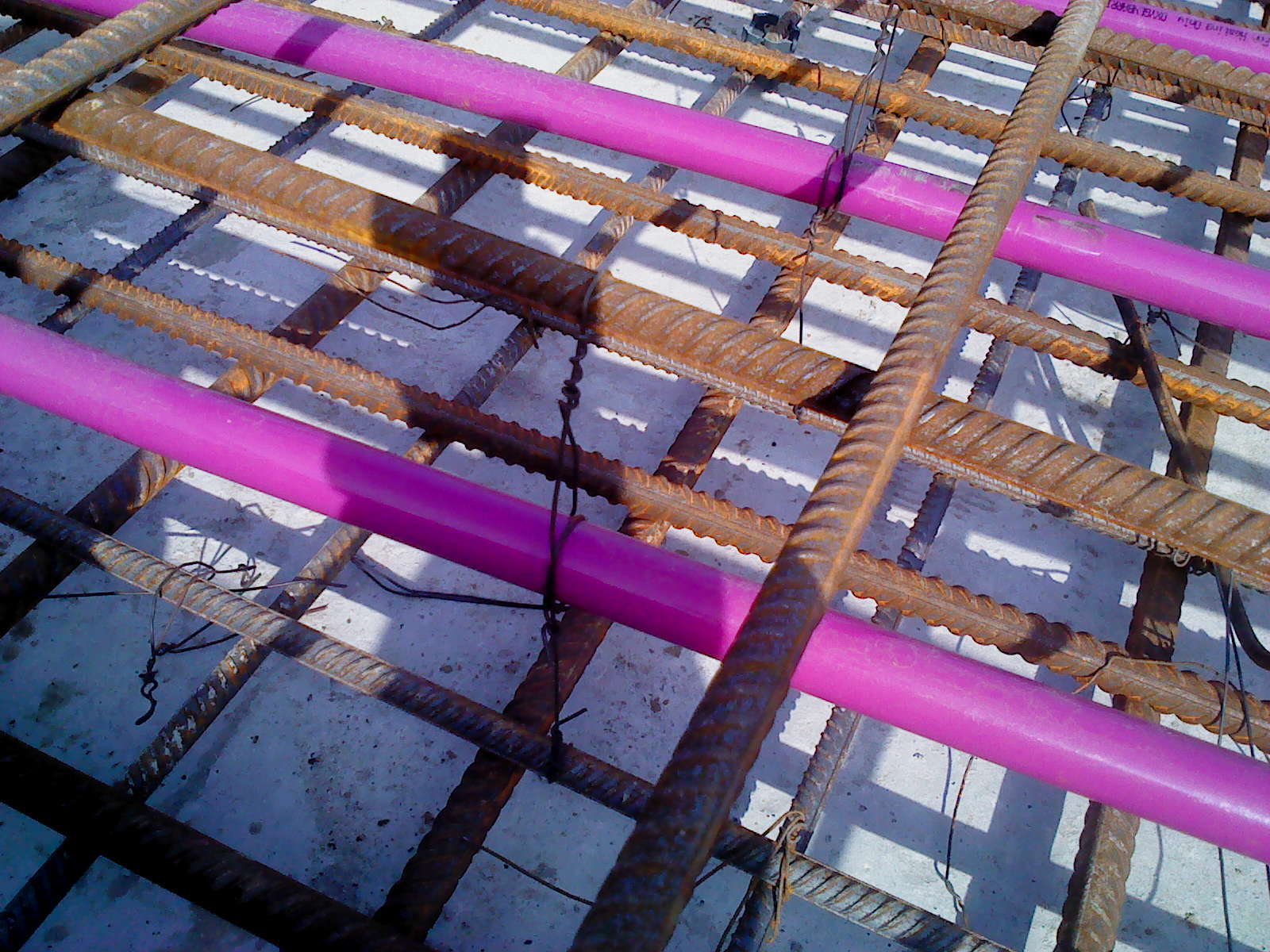 Heating pipes are mounted in the floor slab