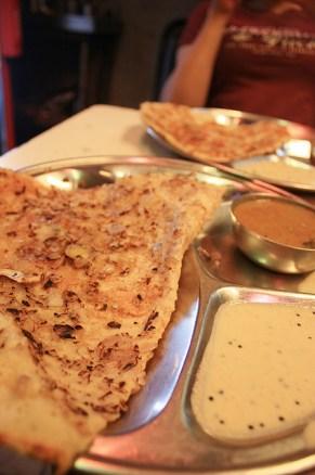 Onion Massala Dosa, un repas typique du sud de l'Inde. Sorte de crêpe fourrée à la pomme de terre.