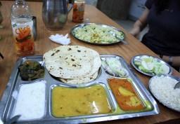 Un thali pris dans le restaurant de la gare, sur le quai.