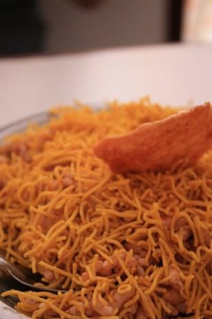 Bhel puri, une sorte de salade de riz, un peu acide, salé. A regarder dans les snack :)