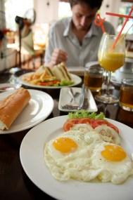 Un petit déjeuner à l'occidental: op la (de l'œuf au plat, je suppose) with baguette.