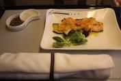 L'entrée: fruits de mer marinés sur le lit du courgette