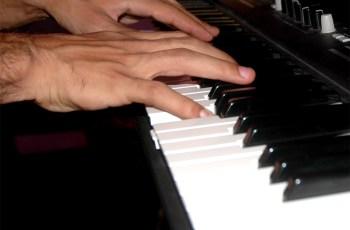 Mãos tocando piano