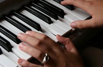 tocar mão esquerda no piano