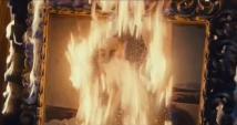 Le tableau en train de brûler au lance-flammes