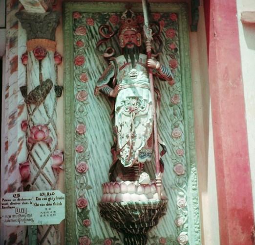 Phía bên phải cửa chính Tòa thánh là tượng ông Thiện, mình mặc giáp, đầu đội kim khôi, tay cầm đại đao nhưng gương mặt hiền từ, tượng trưng cho điều thiện (chánh tâm).