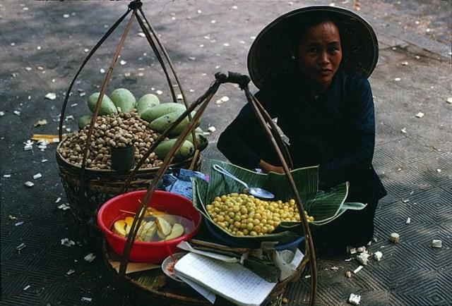 Một gánh quà vặt vỉa hè với các món xoài dầm, đậu phộng, chùm ruột..., Sài Gòn năm 1968.