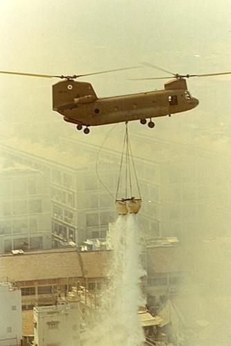 """""""Quả bom nước"""" khổng lồ được thả xuống đám cháy."""