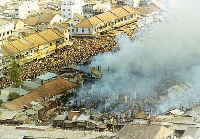 Vụ cháy đã khiến phần lớn diện tích khu chợ cùng nhiều nhà dân bị hủy hoại hoàn toàn, ảnh hưởng đến sinh kế của hàng trăm người trong một thời gian dài.