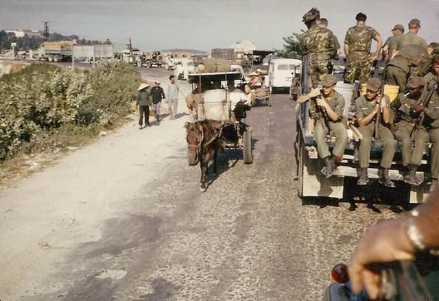 Lính Mỹ trên đường đến trường bắn Nha Trang.