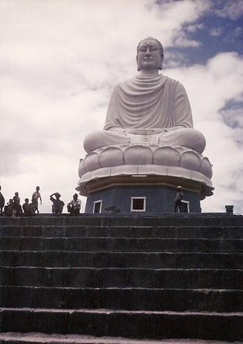 Tượng Phật Trắng của chùa Long Sơn trên đỉnh núi Trại Thủy.