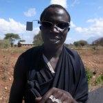 タンザニアサングラスサイドミラーをマサイにかける (7)