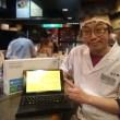700g弱のタブレット型PCと たこ梅 北店の大西さん