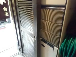 西側入口近くの新しくなった空調機器