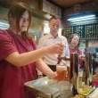 樽生ビール講習でビールをいれてみるスタッフさん