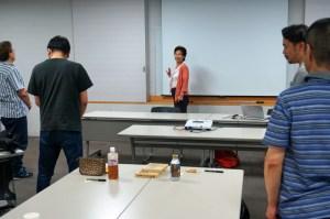 たこ梅分店の前田さんが講師で、腰痛体操の時間です