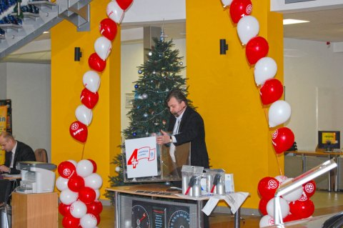 Святкова лотерея в виставковому павільйоні компанії «Апекс» офіційного представника компанії Фольксваген у Львові 5 лютого 2011 року