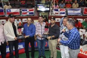 Lauro Guzmán, Alexis Castro y el ingeniero Héctor Fernández premian al segundo y tercer lugar de la Mundial de Gallos Recortados.