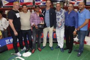 Walter Musa es galardonado por el ingeniero Héctor Fernández y Alexis Castro por conquistar el primer lugar de la Mundial de Gallos Recortados.