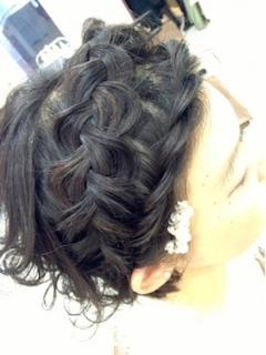成人式のショートの髪型で全体編み込みヘアー1
