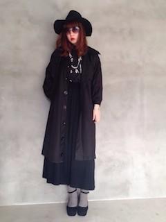 トレーナー×ロングスカート×靴×黒のトレンチコート×ハット帽