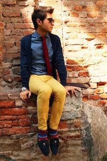 シャツ×ネクタイ×ネイビーカーディガン×パンツ×靴下×靴