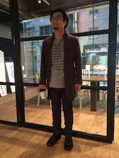 グレーのTシャツ×デニム×ブーツ×茶色カーディガンの秋コーデ