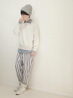 デニムシャツ×スウェット×パンツ×スニーカー×ニット帽の秋のコーデ
