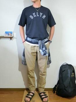 ネイビーのロゴTシャツ×ベージュのパンツ×チェックシャツ×黒のサンダル
