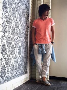 ピンクTシャツ×グレーのスエットパンツ×デニムシャツ×ボーダーエスパドリーユ