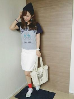 Tシャツ×白のスカート×赤の靴下×白のスニーカー