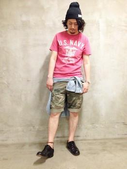ピンクTシャツ×迷彩柄ハーフパンツ×デニムシャツ×黒の靴
