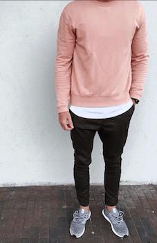 ピンクのロンT×白のTシャツ×黒のパンツ