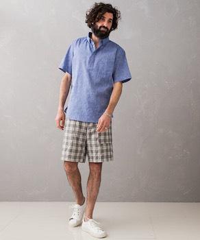 チェックのショートパンツ×青のポロシャツ×スニーカー