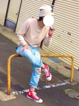 ピンクのロンT×ダメージデニム×ピンクのニット帽
