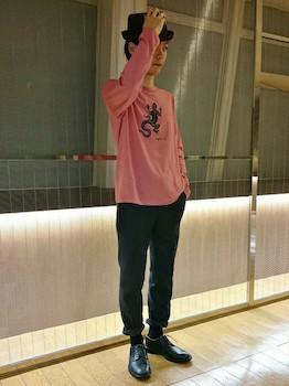 ピンクのロンT×黒パンツ×黒の革靴