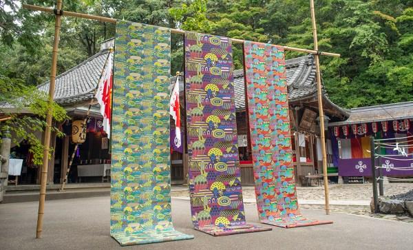 """【炭酸デザイン室と京都・西陣岡本の共同作品""""光る山""""】 炭酸デザイン室の井野若菜がゆかりのある滋賀県の立木観音の1200年の歴史をもとに描き上げた物語です。同じく1200年の歴史がある京都・西陣織で正絹と金糸を使い、仏具の織物を織っている西陣岡本が炭酸デザイン室のイメージを昇華し、美しくも新しい曼荼羅のような輝く反物「光る山」が織り上がりました。絹の艶、金糸の眩しいほどの輝きは、見る人の心を豊かにし精神的な世界へといざないます。 2017年富山県美術館、2018年パリ装飾美美術館の展覧会において展示。photo by Atsuo Hashimoto"""