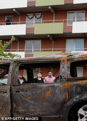 Una coppia di valutare il danno arrecato ad un furgone vicino alle loro case
