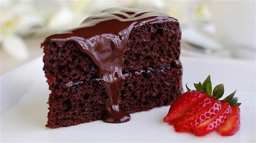 كيكة الشوكولاتة بالصوص هشة ولذيذة
