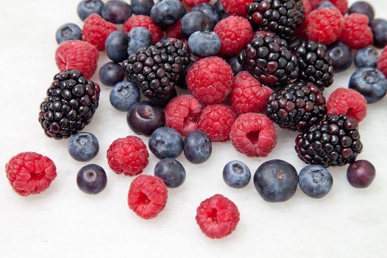 فوائد الفواكه والخضار بحسب الوانها berries14-56a5c2b25f